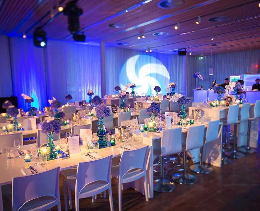 Elegante tischdeko mit tulpen blumengestecke for Partydekoration berlin